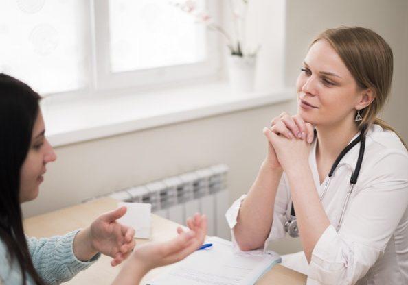 patient-explaining-her-symptoms_23-2148497183